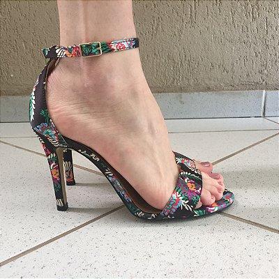 Sandália Gisele de Cetim Preto com Estampa Floral Offline