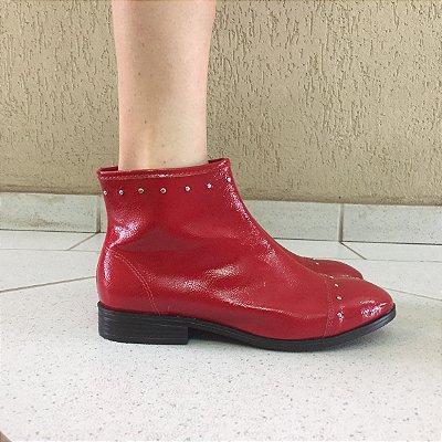 Bota de Verniz Molhado Vermelha com Tachas Sua Cia