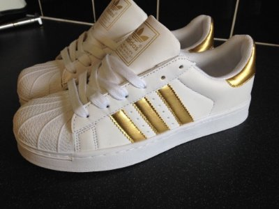 Tênis Adidas Listras Douradas Superstar Foundation - Inspired