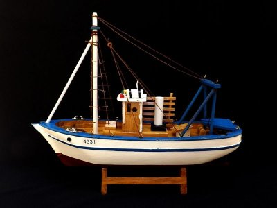 Miniatura de Barco Pesqueiro em Madeira 30cm