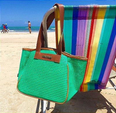 Bolsa de praia verde em tela vazada