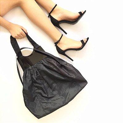 Bolsa preta com detalhe de acrílico