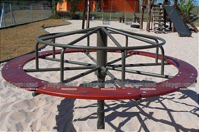 Carrossel gira-gira com assento em madeira / Residencial Fazenda Alta Vista