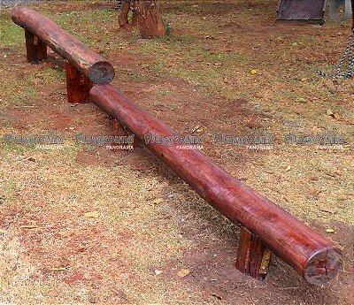 Barra de equilíbrio com 2 alturas em eucalipto tratado / Condomínio Olga Vert