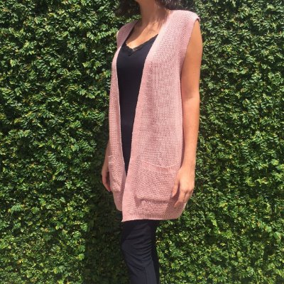 colete alongado de tricô com bolso rosa Coleteria