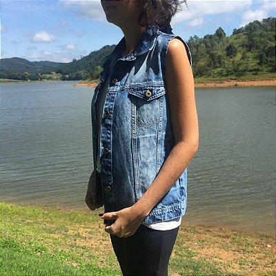 colete jeans básico com bolso marmorizado Coleteria