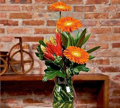 Arranjo de alstromérias e flores exóticas