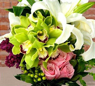 Buquê de orquídea cymbidium, lírio, rosa colombiana e sementes da estação