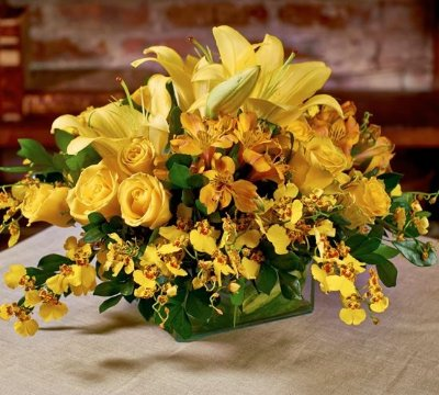 Arranjo de orquídeas, lírios, alstromérias e rosas colombianas