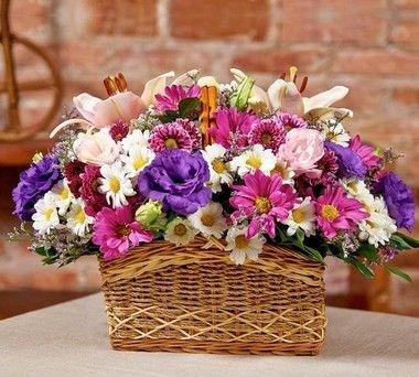 Cesta de flores nobres e do campo em tons de rosa