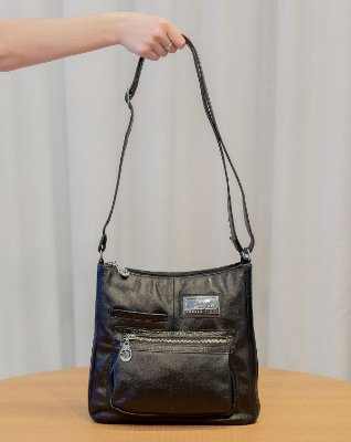 Bolsa tiracolo grande em couro Denise preta com metais níquel