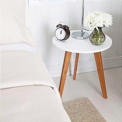 Mesa de cabeceira redonda com pés em madeira - 100% MDF