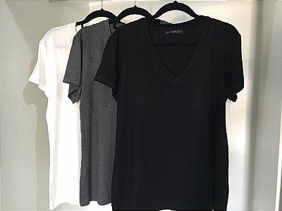 T-shirt Basic | Cores: Off White, Preta e Cinza Mescla [ Para usar com NÓ ou Soltinha ] Decote V
