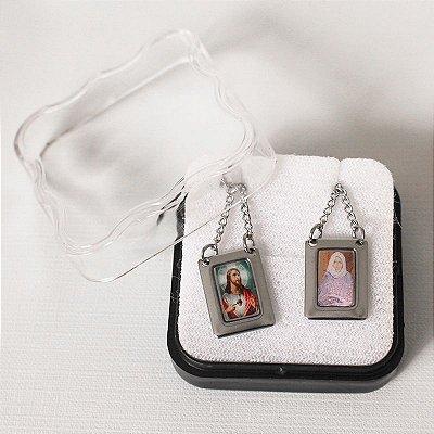 Escapulário em aço inox e foto colorida Sagrado Coração de Jesus e Nhá Chica - O Pacote com 6 unidades - Cód.: 8848