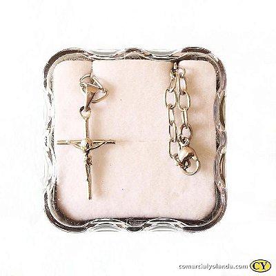 Crucifixo em metal, na corrente, com fecho - Pacote com 3 peças  - Cód.: 5421