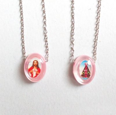 Escapulário em plastico madrepérola  - Cor Rosa, Sagrado Coração de Jesus e Nossa Senhora Aparecida, corrente em aço inox - Pacote com 6 Peças - Cód.: 6353