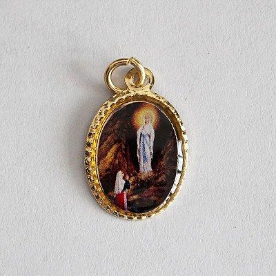 Medalha de Alumínio Resinada - Nossa Senhora de Lourdes - Pacote com 100 peças - Cód.: 447
