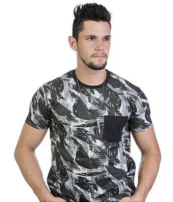 Camiseta Camuflada com Bolso Detalhe em Preto
