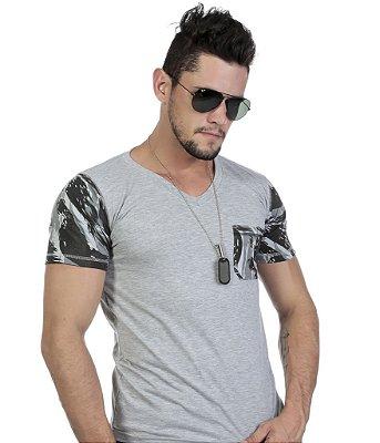 Camiseta Gola V Mescla com Mangas e Bolso Camuflado
