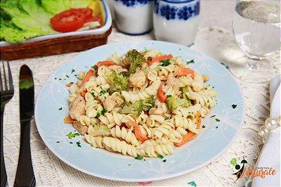 M05 - Macarrão parafuso ao alho e azeite com frango grelhado em cubos e cenoura e brócolis refogados