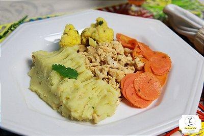 FIT06 - Frango em cubos com ervas e gengibre, purê de batata doce e berinjela picante e cenoura refogada