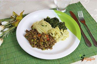 FIT20 - Carne moída refogada com jardineira de legumes, purê de batata doce, couve-flor e couve-manteiga refogados.