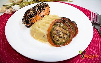 G02 - Salmão grelhado com crosta de gergelim, purê de batata doce e ratatoulie