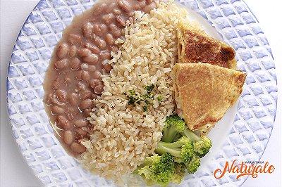 AC79 - Omelete com tomate, cebola e queijo, arroz integral, feijão e brócolis