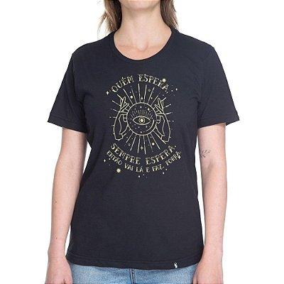 Quem Espera, Sempre Espera - Camiseta Basicona Unissex-Preta-G