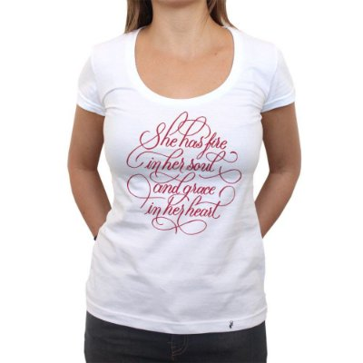 She Has Fire - Camiseta Clássica Feminina