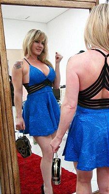 Vestido Bonéca decote cruzado nas costas alcinha regulável. Cor: Azul/Preto.