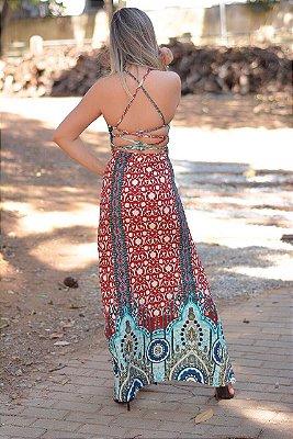 Vestido longo decote cruzado nas costas, uma fenda lateral.