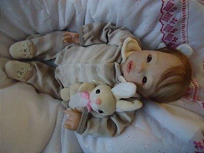 Bebê reborn com cabelinhos enraizados e olhos castanhos
