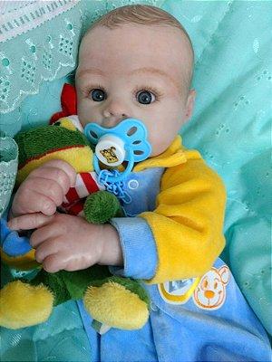 Bebê reborn menino, olhos abertos, cabelos pintados, corpo de tecido, 2 kg e 55 cm
