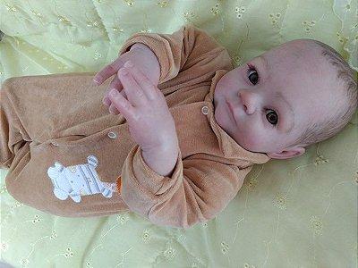 Bebê reborn menino com 57 cm e 2,4 kg aproximadamente, cabelos pintados castanhos, olhos castanhos