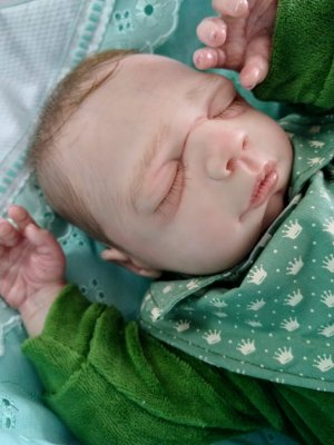 Bebê reborn menino, olhos fechados, parte cabelinhos pintados e parte implantados (combo)