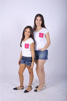 MÃE E FILHA > Kit Camisetas Brancas com Bolso Pink [Coleção Tal Mãe Tal Filha]