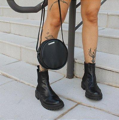 Combo: Bota Chelsea + Mini Bolsa Redonda Preta de Brinde