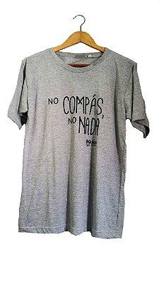 Camiseta No Compás Cinza