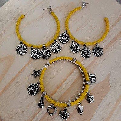 Conjunto brinco argola e pulseira amarela com pingentes