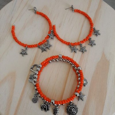 Conjunto brinco argola e pulseira laranja com pingentes