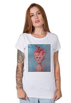 Camiseta Feminina Homem carregando o peso de pensar no que sente