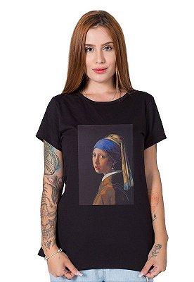 Camiseta Feminina Moça com o Brinco de Pérola