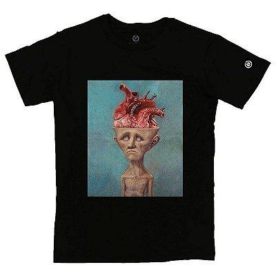 Camiseta Masculina Homem carregando o peso de pensar no que sente