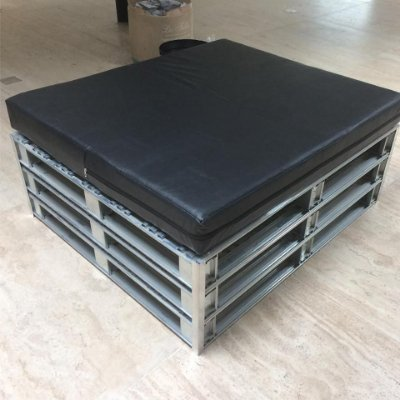 Lounge com 4 puffs - pallet de metal - somente locação