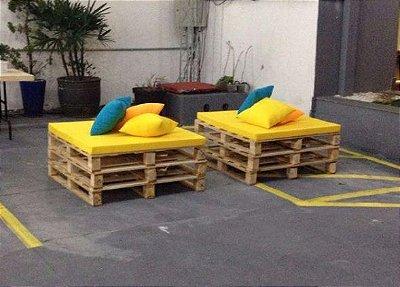 Lounge com 4 Puffs de pallet SIMPLE -conjunto com 4 unidades e uma mesa de centro