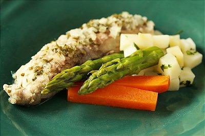 Saint Peter ao molho de gengibre crocante, batata sauté e mix de cenouras e aspargos verdes no vapor