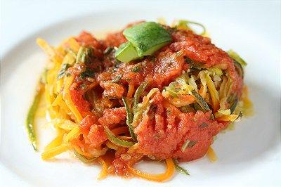 Espaguete de cenoura e abobrinha ao molho de tomates fresco