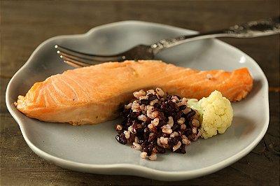 Salmão ao molho de laranja e canela, mix de arroz integral e negro e couve-flor