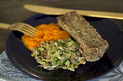 Kibe de forno, lentilha salteada com alho poro e purê de cenoura